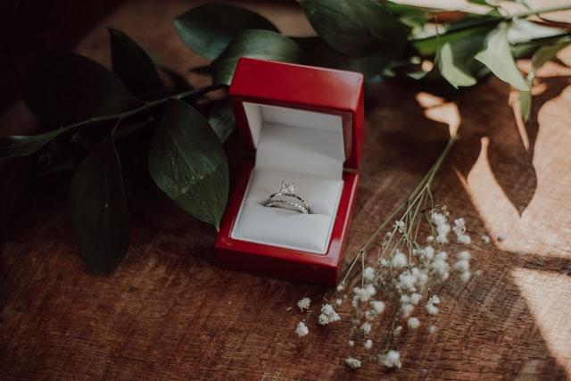 pierścionki z diamentami, pierścionek zaręczynowy, zaręczyny, oświadczyny, jak dobrać rozmiar pierścionka, rozmiar pierścionka zaręczynowego