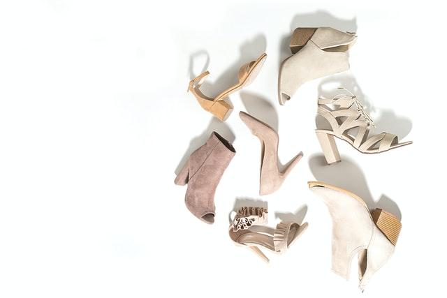 buty, jakie buty do jeansów, buty do jeansów, boyfriend jeans, mom jeans, obuwie damskie, buty damskie, modna stylizacja, jak dopasować buty