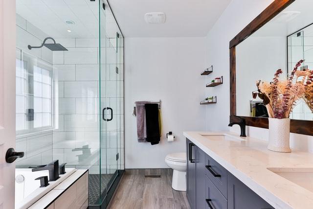 aranżacja łazienki, aranżacja małej łazienki, jak urządzić łazienkę, jak urządzić małą łazienkę, wanna czy prysznic